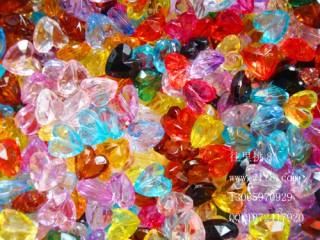8001001--每包300装--独饰源亚克力多菱切面心形珠--混装
